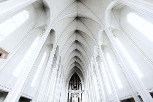 The vaulted ceiling of Hallgrimskirkja