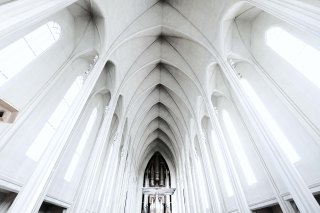 The vaulted ceiling of Hallgrimskirkja